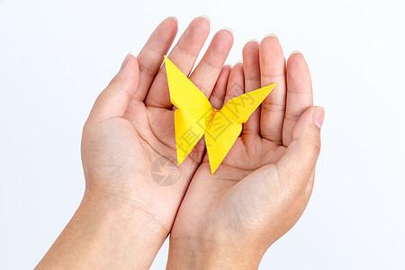 手捧黄色蝴蝶手工艺创意图片