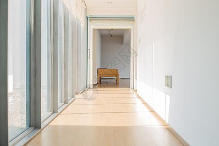 阳光走廊木椅古镇休闲度假图片