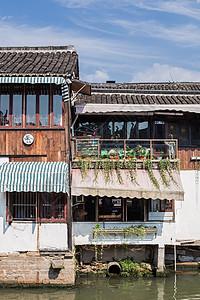绿植青瓦古镇休闲度假图片