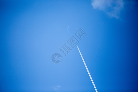 蓝色天空下飞机留下的轨迹图片