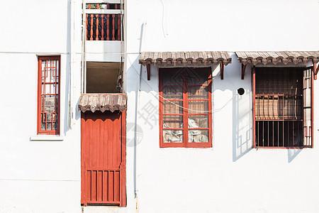红门红窗阳光古镇建筑图片