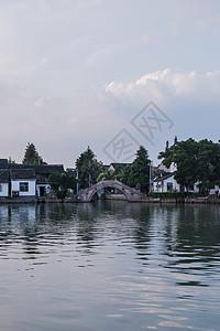 蓝天白云树船古镇建筑图片