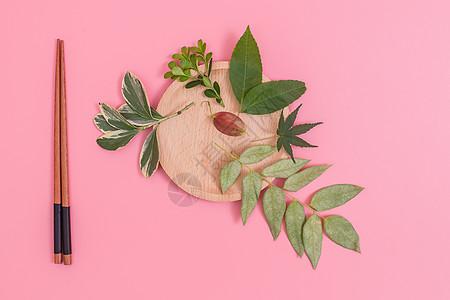 清新木盘树叶排列创意摆拍图片