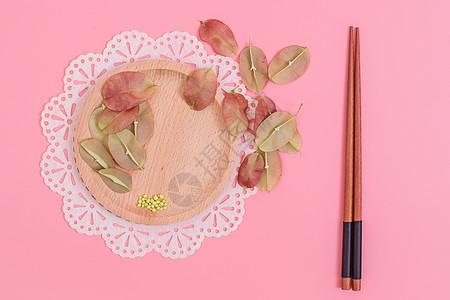 清新木筷红果种子创意摆拍图片