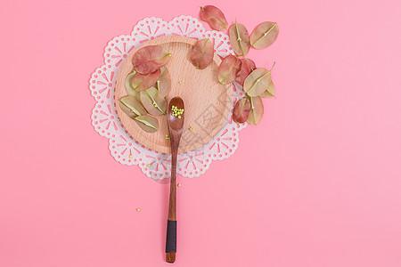 清新木勺红果种子创意摆拍图片