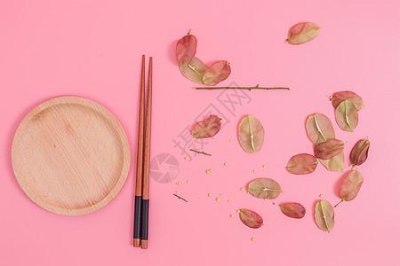 清新木筷木盘红果创意摆拍图片