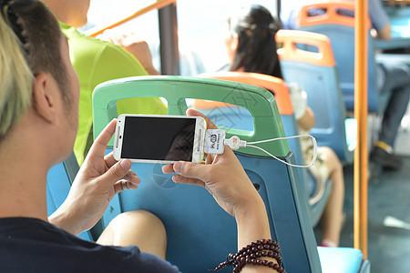 公交车看手机玩手机车内图片