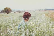 在花丛中的人图片