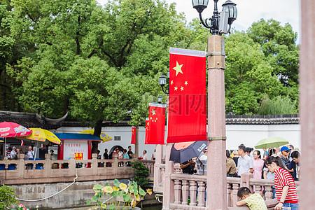 树林国旗游客国庆休闲度假图片