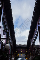 蓝天白云豫园老街屋檐图片