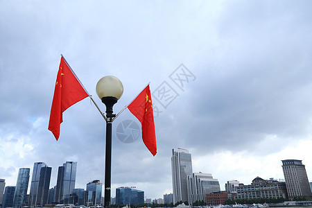 国庆假日外滩红旗飘扬图片