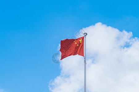 蓝天白云下的国庆五星红旗图片