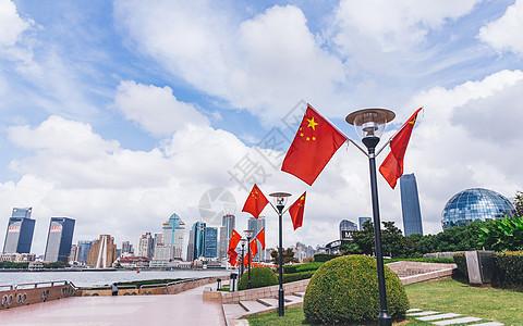 滨江大道岸边的国庆国旗图片