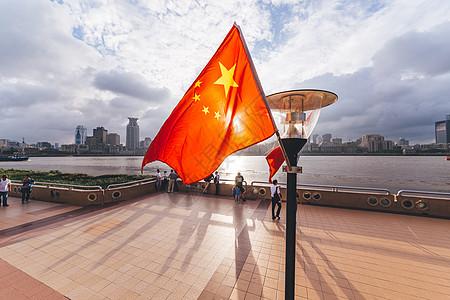 上海浦东滨江大道逆光国旗图片