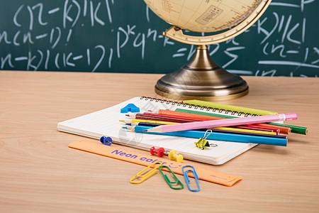 创意学习铅笔本子桌面摆拍图片