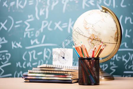 创意学习铅笔时钟桌面摆拍图片