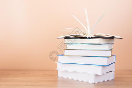 教育知识书本排列翻开摆拍图片