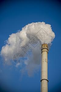 蓝天下的烟雾图片