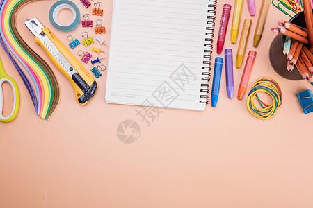 教育美术蜡笔本子排列摆拍图片