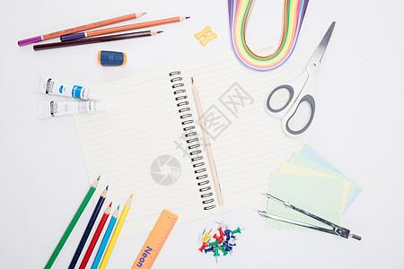 创意学习本子剪刀桌面摆拍图片
