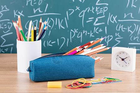 教育铅笔时钟黑板创意拍摄图片