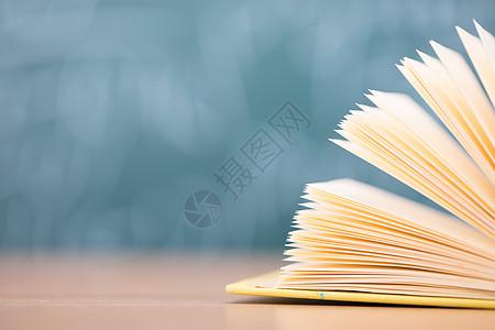 本子纸张特写虚化拍摄图片