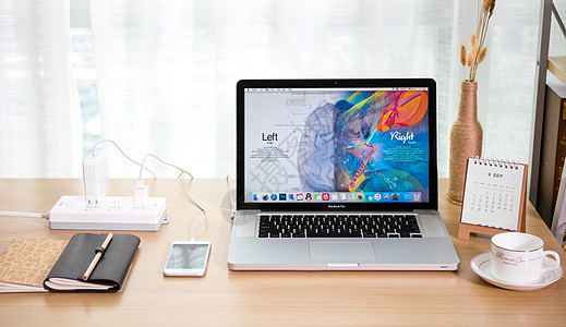 创意笔记本电脑桌面上学习图片