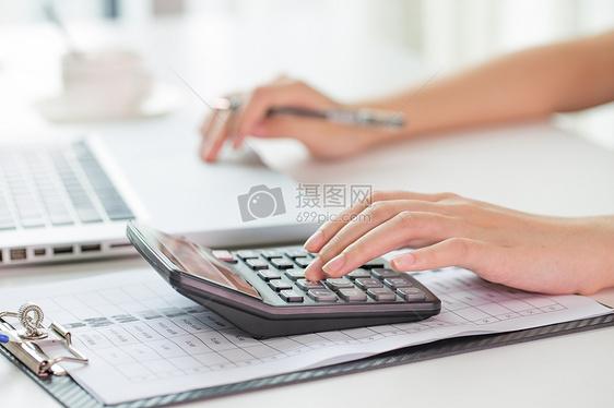 会计使用计算器特写图片