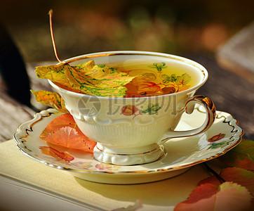 杯中的清茶图片