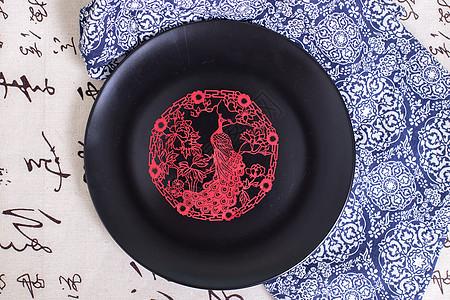 中国风礼品剪纸孔雀黑盘图片