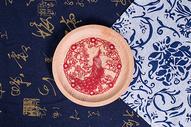 中国风礼品剪纸孔雀木盘图片