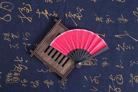 中国风礼品扇子木垫摆拍图片