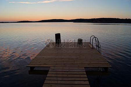 湖泊的观景台图片