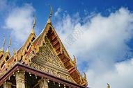 蓝天下的金色寺庙图片