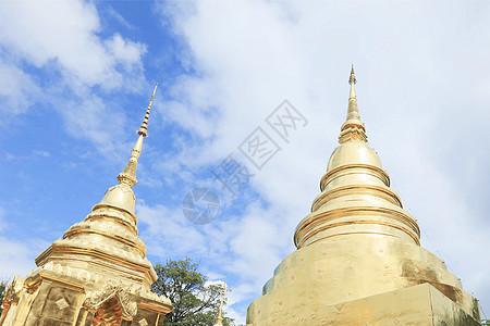 蓝天下的大金顶寺庙图片