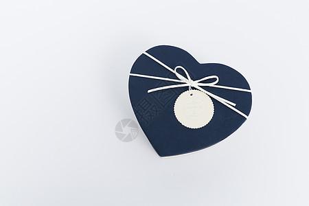 蓝色心形蝴蝶结礼盒摆拍图片