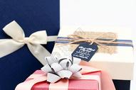 带有礼花的粉色礼物盒摆拍图片