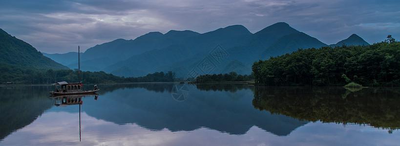 远景湖面上游船山水烟雨江南图片