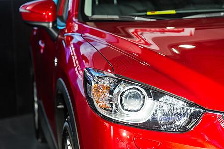 豪华红色轿车车头灯图片