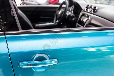 蓝色高级豪华轿车车把手图片