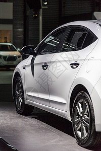 白色商务轿车安全可靠家用图片