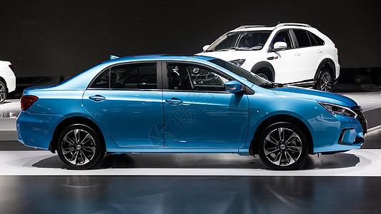 蓝色家庭商务汽车侧面拍摄图片