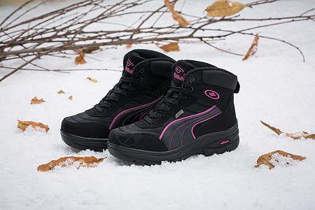 棉鞋女鞋在雪地上拍摄图片