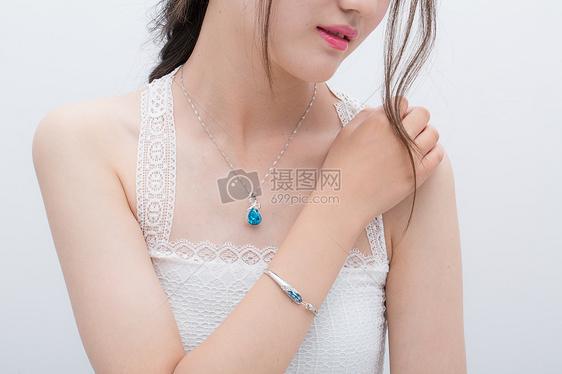 白净少女美丽锁骨穿着背带戴着手镯和项链图片
