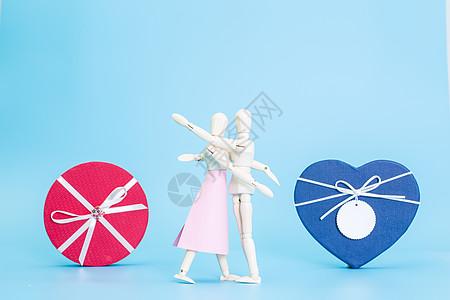 清新木偶拥抱圆形心形礼盒图片