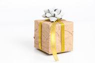 金黄色缎带白色背景礼盒图片