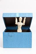 打开礼物盒出现人偶图片