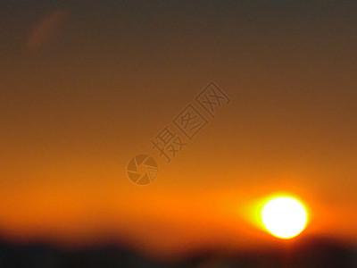 夕阳西下朦胧落日余辉金灿灿的太阳横图图片