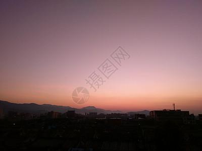 日落后山脚下的乡村景象图片