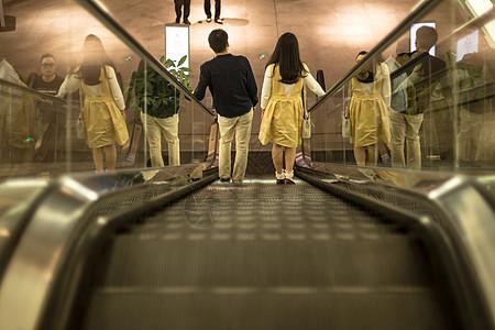 清新文艺男人女人电梯逛街图片